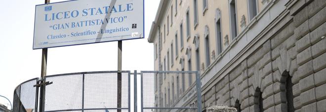 Prof accusato di abusi sessuali su due liceali di Napoli si toglie la vita