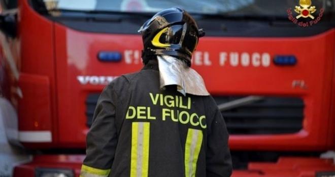 Firenze, fiamme in un palazzo: salvate 8 persone sul tetto