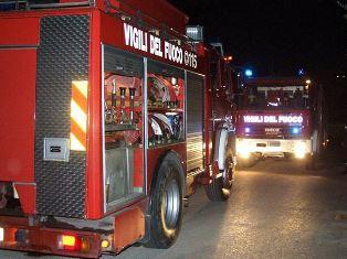 Incendio nella notte a Siracusa, il fuoco distrugge un bar