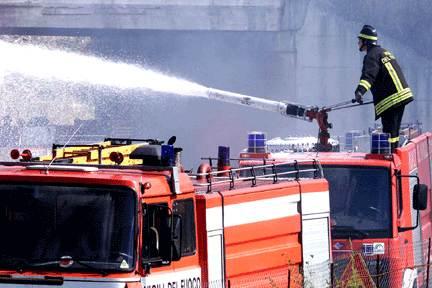 Siracusa, in fiamme una ditta di smaltimento rifiuti: indagini in corso