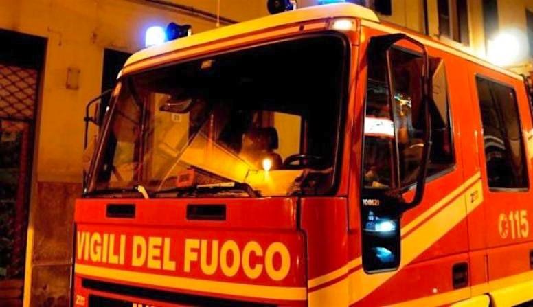 Tragedia sfiorata ad Avola, nella notte dà fuoco alla casa: poi si barrica