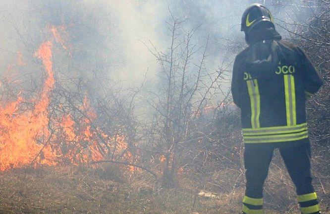 Floridia, incendio alle porte del centro abitato: è di probabile natura dolosa