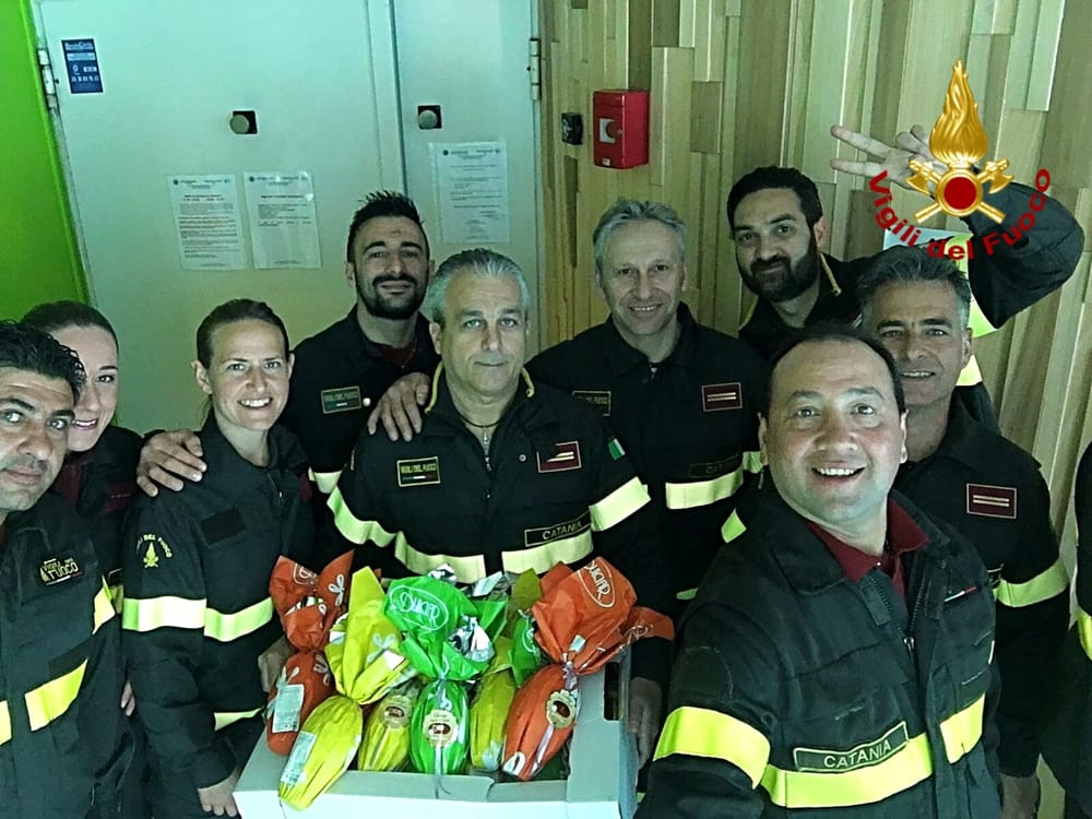 I vigili del fuoco di Catania donano uova di Pasqua ai bimbi ricoverati