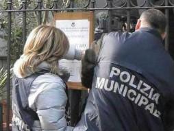 Palermo, i vigili urbani mettono i sigilli a una trattoria abusiva