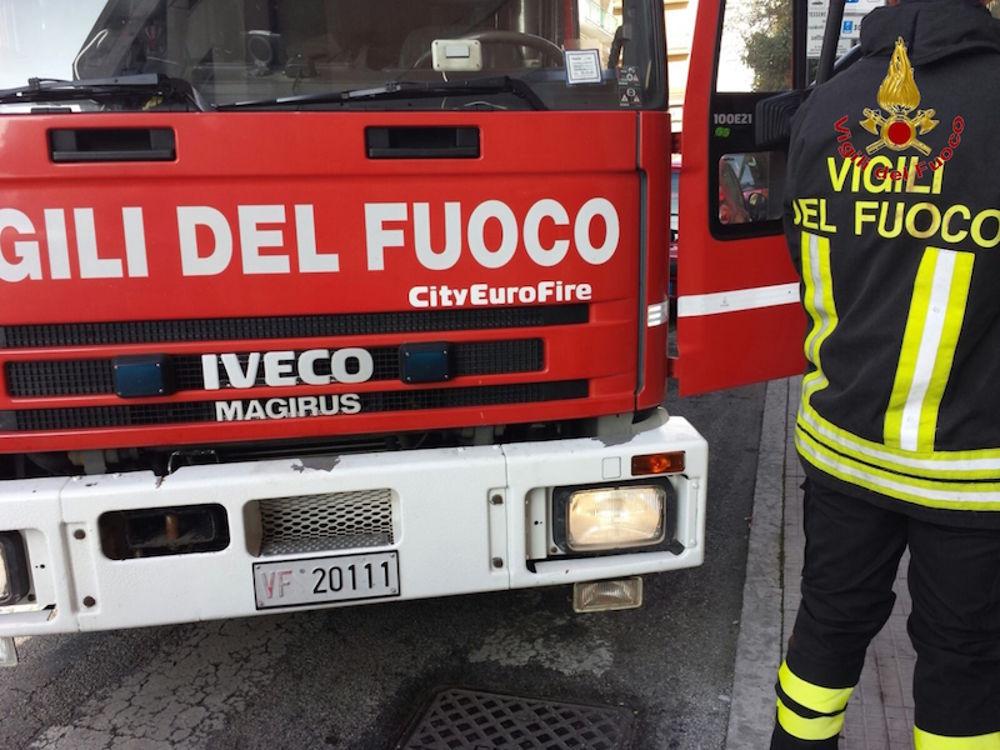 Modica, intervento dei pompieri per un incendio causato da un fulmine