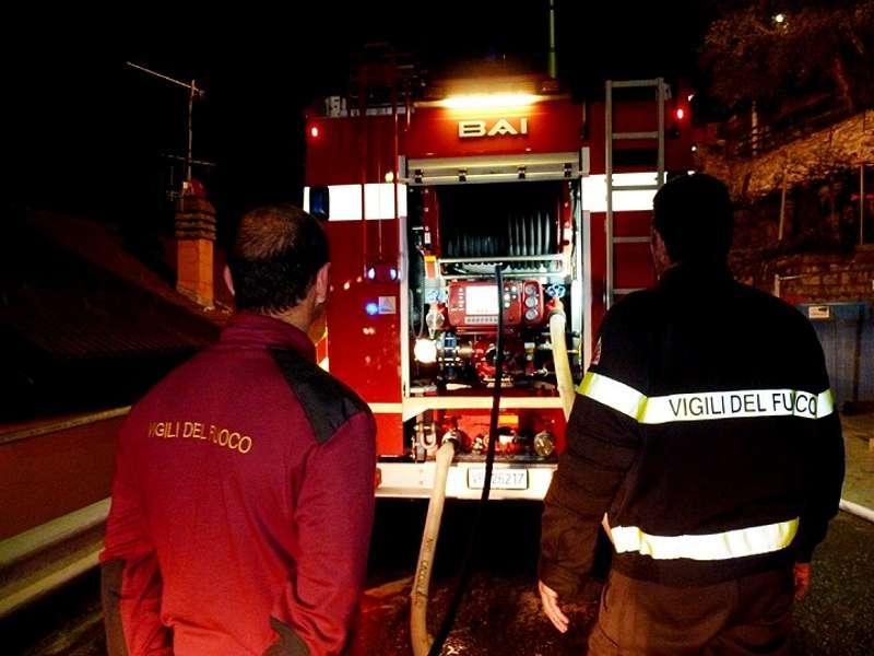 Augusta, tre auto vanno in fiamme nel cortile di una villetta: si tratta di dolo