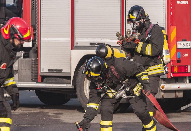 Incendi, fiamme minacciano un edificio a Priolo: evacuato