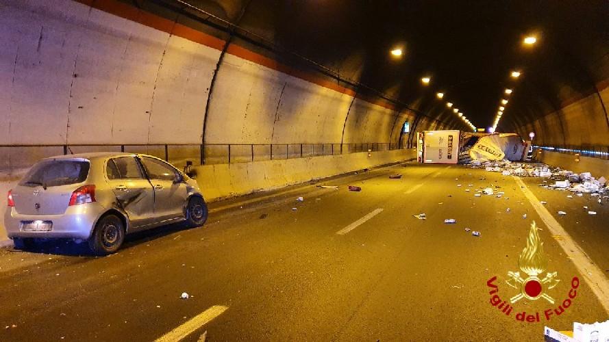 Autostrada Siracusa-Catania: si ribalta un Tir in galleria, due feriti
