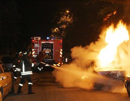 Incendi dolosi di auto tra Siracusa e Lentini: indaga la Polizia