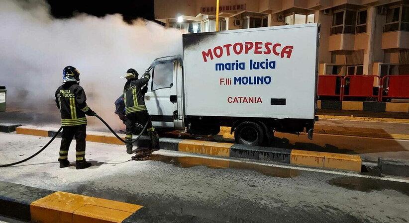 Furgone in fiamme agli imbarchi di Villa San Giovanni: salvato il carico