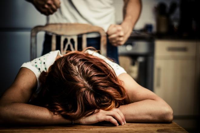 Gela, picchia la moglie e per dispetto poi le brucia i vestiti: arrestato