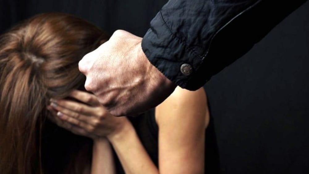 Picchia la convivente con un'asta di ferro, arrestato a Siracusa