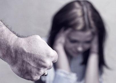 Messina, ferita dal compagno fugge da casa: arrestato l'uomo