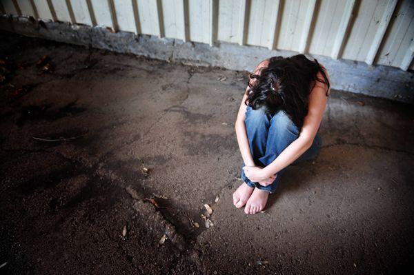 Violenza sessuale nei confronti della figliastra, arrestato a Gela