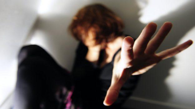 Siracusa, costretta dall'ex a un rapporto sessuale: finisce ai domiciliari