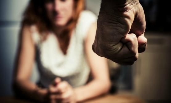 Violenza sulla moglie e sul figlio minorenne, arresto a Catania
