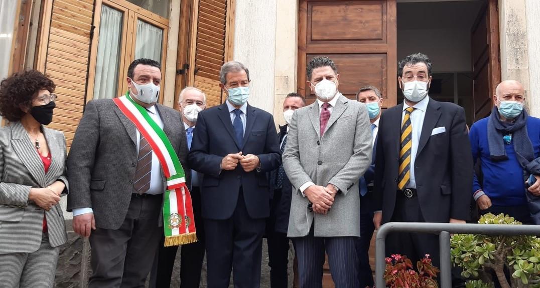 Il presidente della Regione Siciliana Nello Musumeci in visita al centro vaccini di Sortino