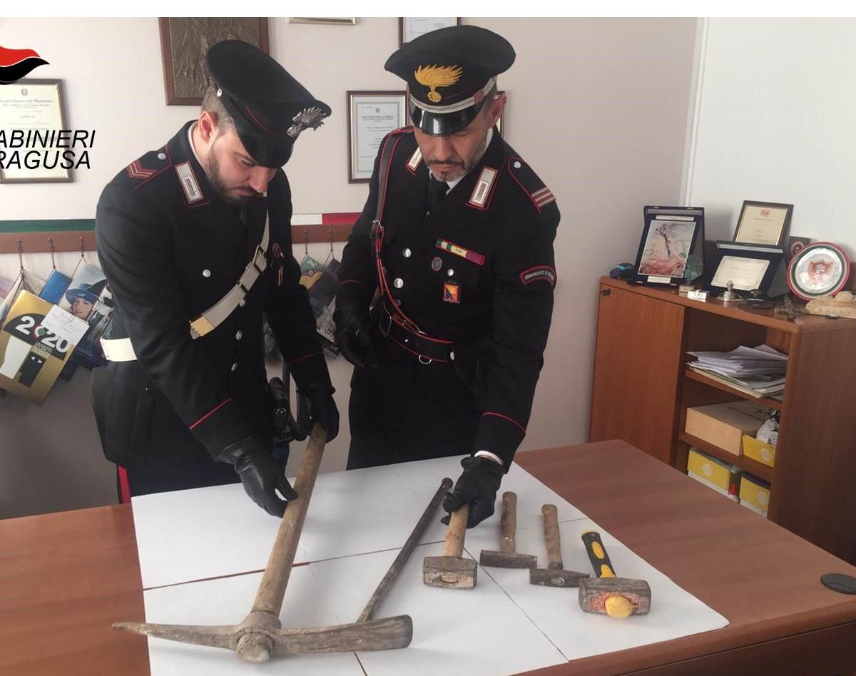 Vittoria, danneggia casa di vicini e aggredisce carabinieri: arrestato