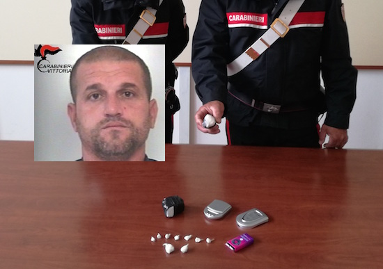 Vittoria, nasconde in casa droga e soldi: arrestato un albanese