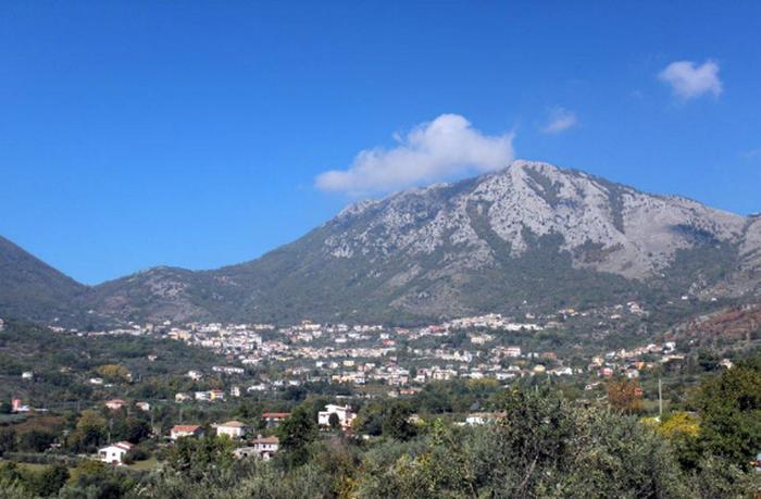 Benevento, chiude la strada contro i migranti: poi ci ripensa