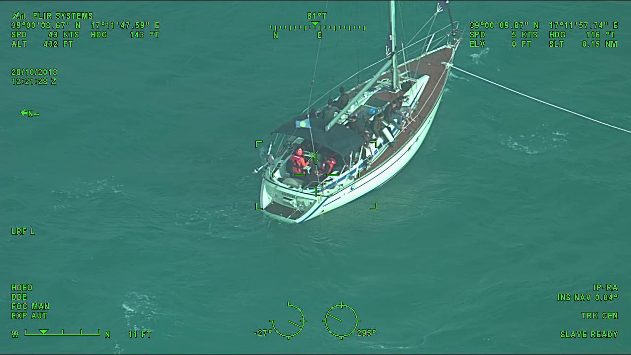 Migranti su una barca a vela soccorsi dalla Capitaneria di Catania