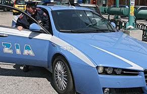 Siracusa, prendono a calci una volante della polizia: due arresti