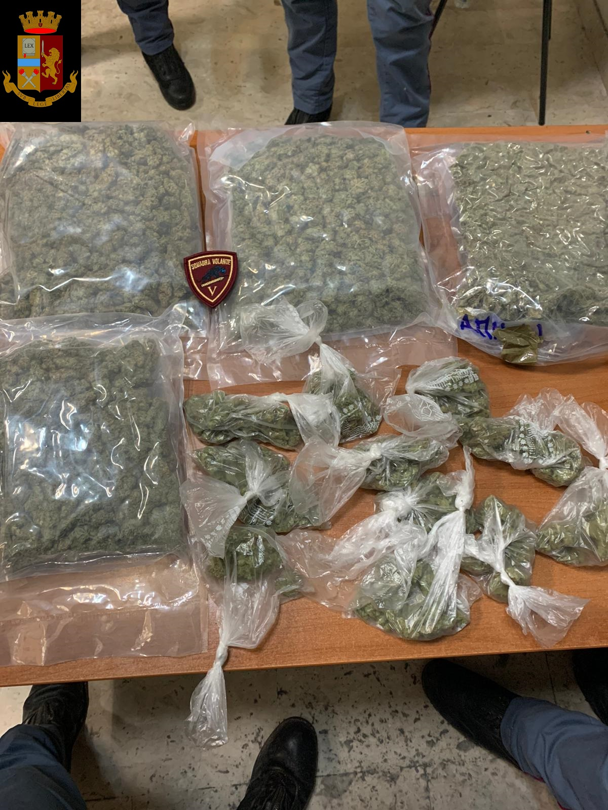 Due buste di plastica con più di 3 chili di marijuana sequestrate a Catania