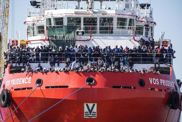 Lo sbarco dei 1041 migranti a Palermo, fermato giovane scafista