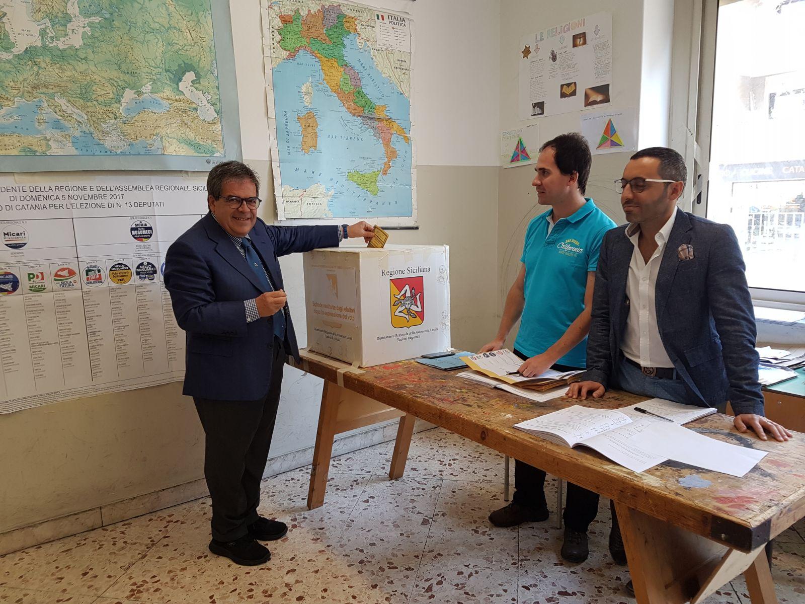 Catania, il sindaco Bianco ha votato questa mattina alla Carducci