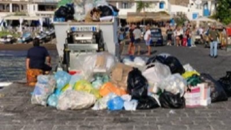 Vulcano sommersa dalla spazzatura: revocato affidamento raccolta
