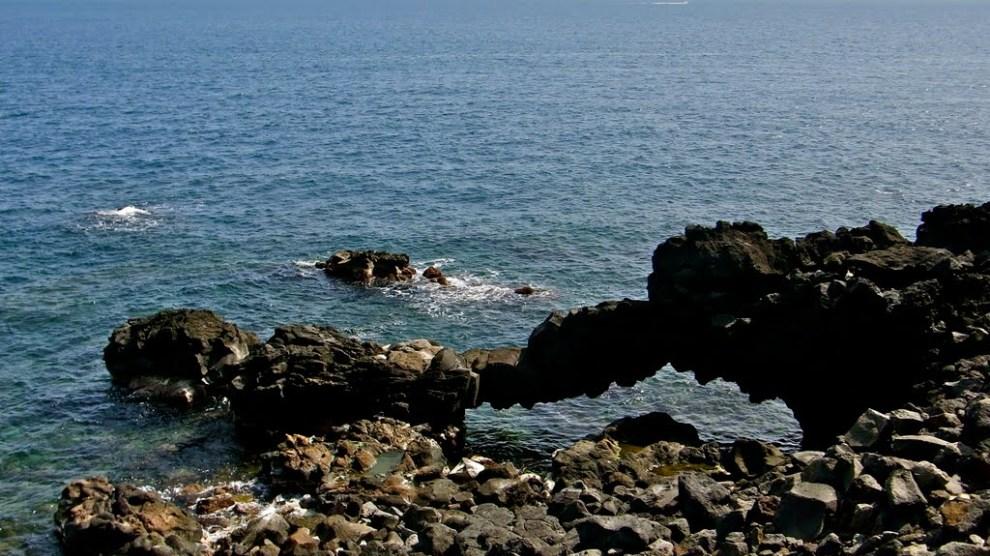 Vuole suicidarsi lanciandosi da una scogliera a Catania