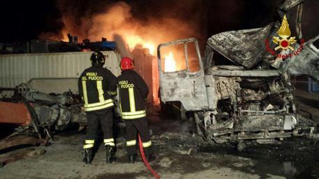 Incendi, in fiamme il supermercato Primo prezzo di Bari