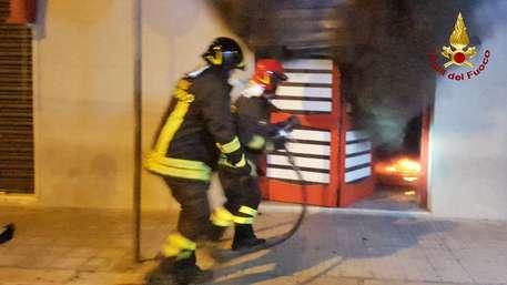 Incendiato un centro scommesse a Crotone, ipotesi di racket
