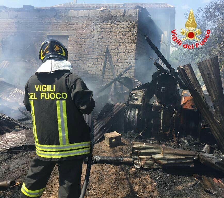 Incendio in un magazzino di prodotti agricoli nel Ragusano