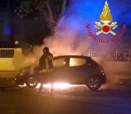 Auto di un vigile urbano incendiata a Nuoro: rogo di natura dolosa