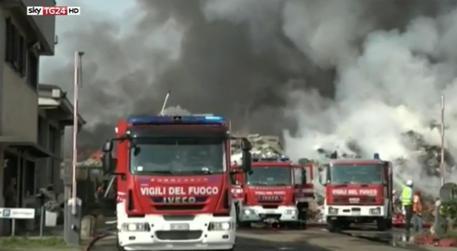 In fiamme un'azienda di rifiuti nel Pavese, rischio diossina