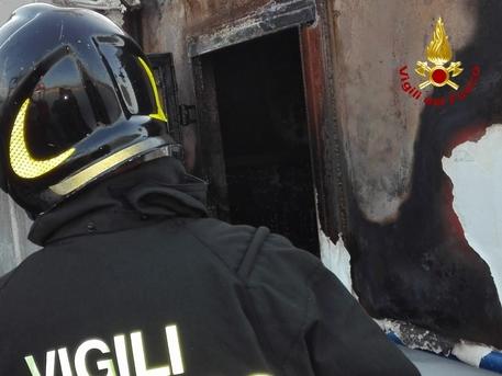 Incendi, in fiamme una nave ferma per manutenzione a Palermo