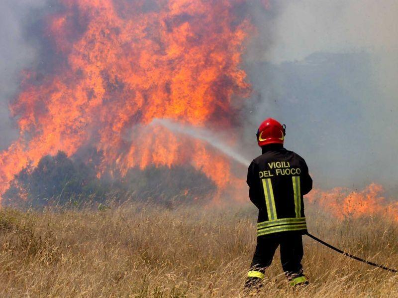 Scicli, ettari di macchia mediterranea distrutti da un vasto incendio