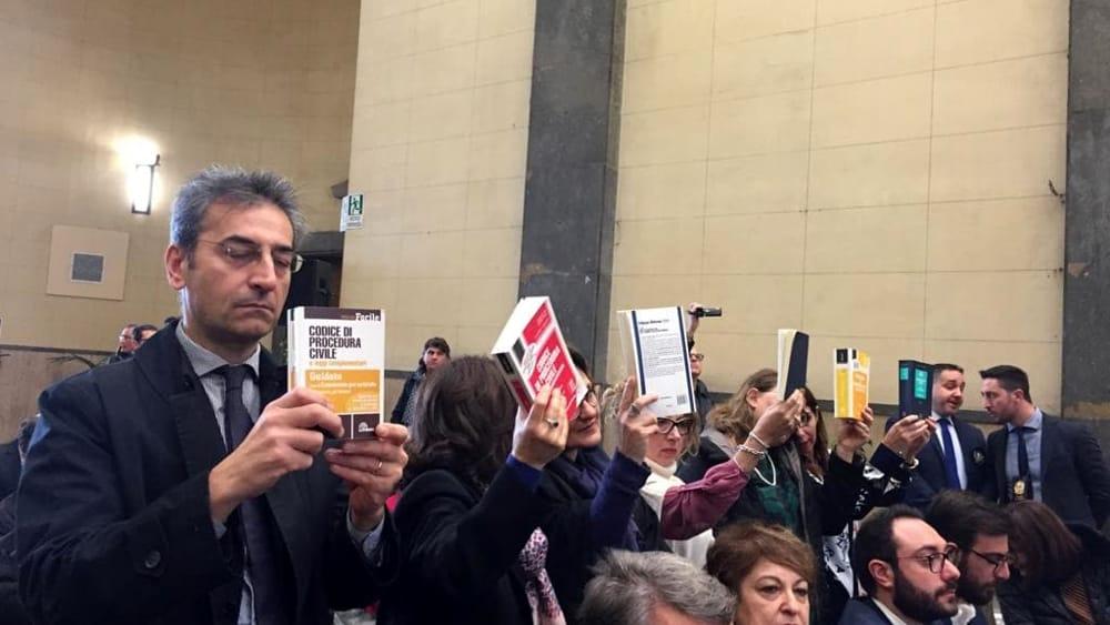 Catania, l'apertura dell'Anno giudiziario: avvocati con i codici in mano, i penalisti di Siracusa lasciano il Palazzo