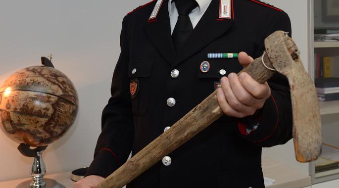 Agrigento, aggredisce i carabinieri con la zappa: arrestato