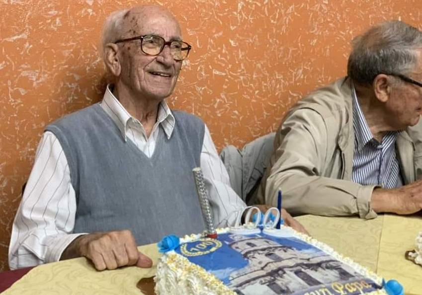 Festa a Floridia per nonno Peppino che spegne cento candeline