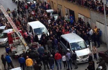 Padre e figlio uccisi a Palermo, salme allo Zen tra le lacrime dei parenti