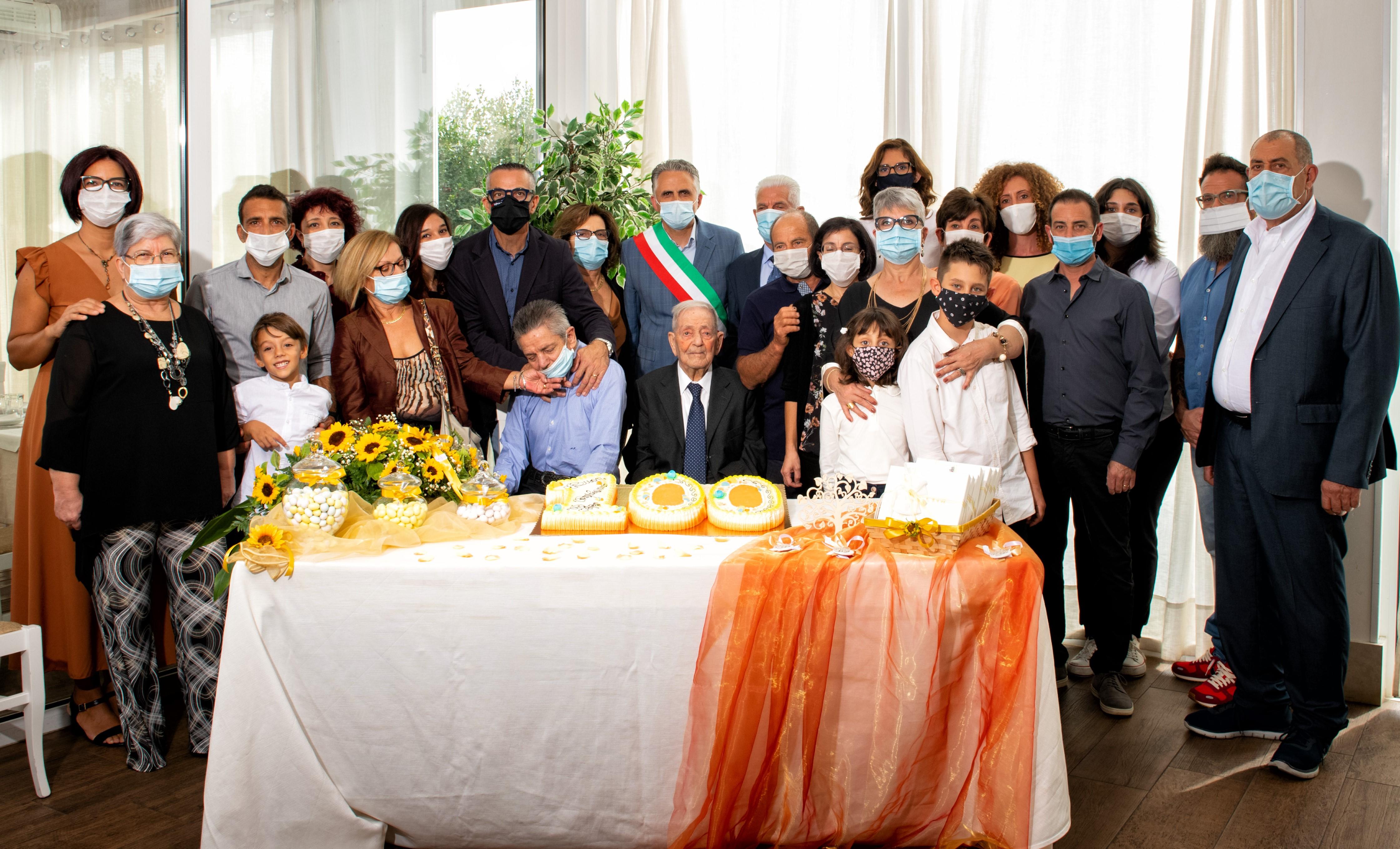 Modica, festeggiati da figli, nipoti e pronipoti i 100 anni di nonno Saro Zocco