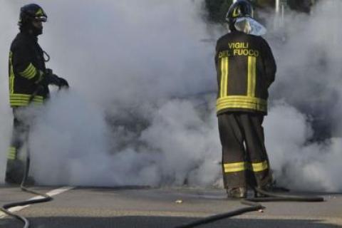 Auto in fiamme sulla Salerno - Reggio Calabria, famiglia in salvo
