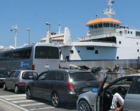 Riapertura delle Regioni, lunghe code agli imbarcaderi di Messina