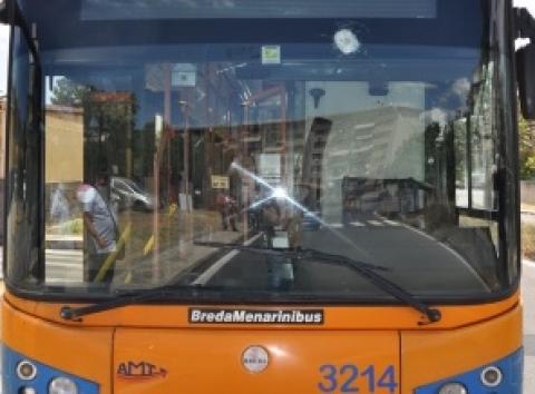 Catania, scaglia un sasso contro parabrezza bus dell'Amt: denunciato