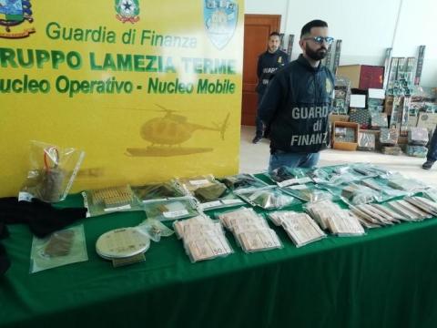 Sette pistole ed esplosivo sequestrate dalla Finanza a Lamezia Terme - Nuovo Sud