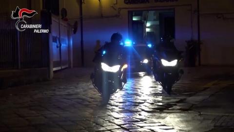 Ferisce con una bottiglia rotta fidanzata alla gola, arrestato a Palermo