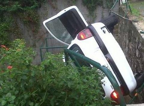 Incidente stradale: auto si ribalta, muoiono in due