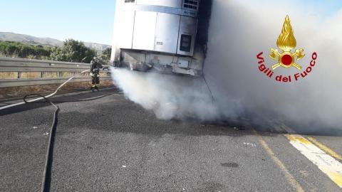 Rimorchio prende fuoco nel tratto autostradale Rosolini - Noto